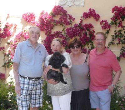 Basil, Clare with Pocha, le chien, moi et Tony.